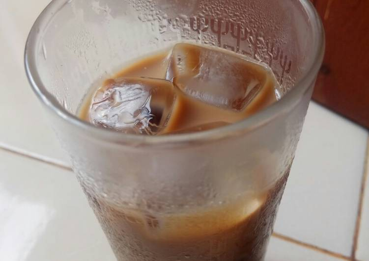 Langkah Mudah untuk Menyiapkan Es kopi susu anti batuk yang Menggugah Selera